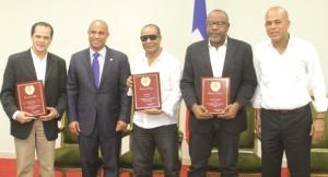 La remise de plaques d'Honneur et de Mérite Photo  Féquière ORLEUS