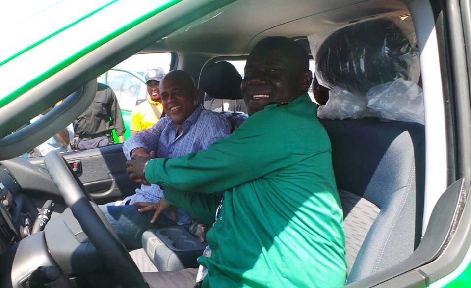 Avec un bénéficiaire durant la remise des clés des nouveaux taxis