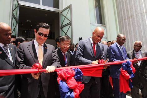 Coupe du ruban inaugural du nouveau bâtiment logeant le Palais de la Cour de Cassation