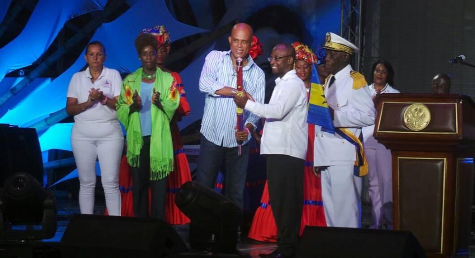 Passation du baton symbolique de Carifesta au Ministre de la Culture de la Barbade, prochain pays organisateur de l'événement