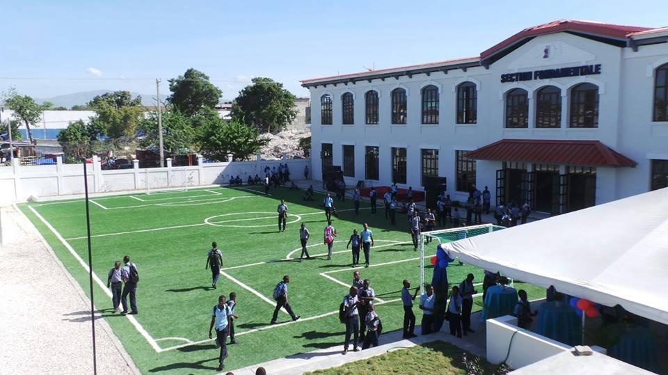 Vue extérieure des locaux flambant neufs du Lycée Toussaint Louverture