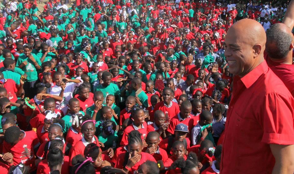 Le Président de la République avec les enfants au Palais National pour faire la fête à l'occasion de la Noël